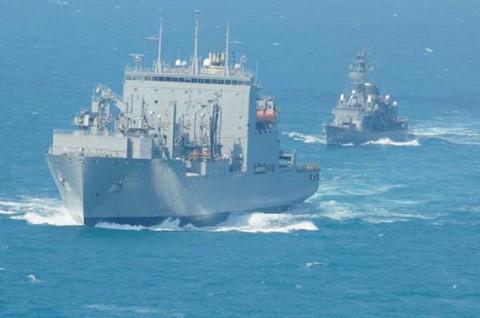 「まつゆき」が米海軍補給艦と洋上補給2