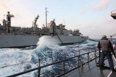 USNS「Rainier」との洋上補給の様子 画像No11