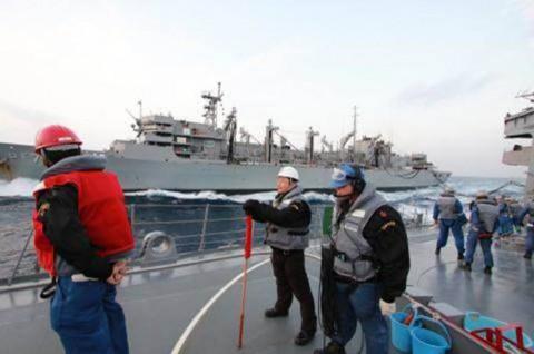 USNS「Rainier」との洋上補給の様子 画像No12