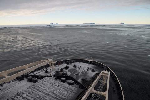 砕氷艦「しらせ」による豪観測隊員等の輸送NO1
