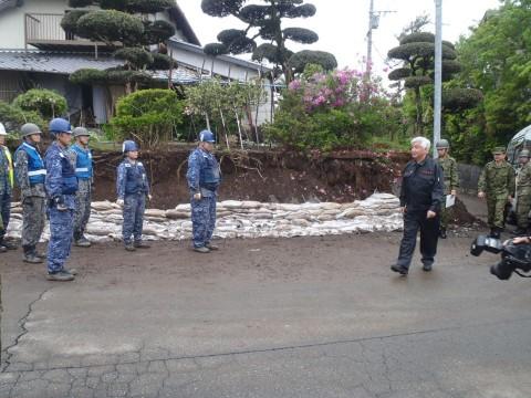熊本地震への災害派遣(激励する防衛大臣)1