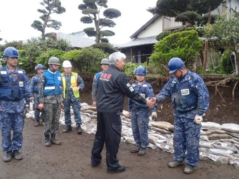 熊本地震への災害派遣(激励する防衛大臣)2