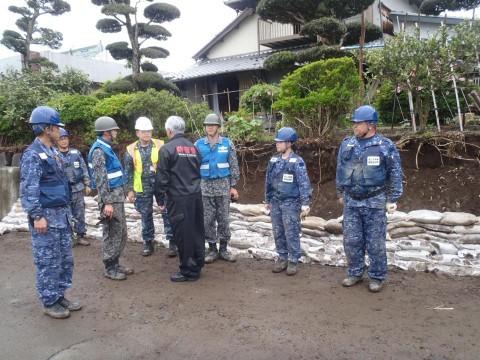 熊本地震への災害派遣(激励する防衛大臣)3