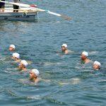 第1術科学校の学生と小月教育航空群の航空学生の遠泳訓練