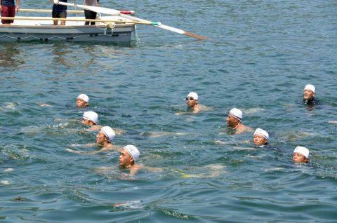 第1術科学校の学生と小月教育航空群の航空学生の遠泳訓練No1