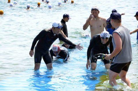 第1術科学校の学生と小月教育航空群の航空学生の遠泳訓練No3