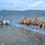 海上自衛隊 幹部候補生 約300名が江田島湾を力泳【遠泳訓練】