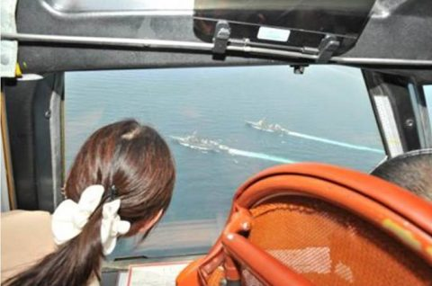 稲田防衛大臣 ソマリア・ジプチ海賊対策の海上自衛隊部隊視察画像 服装?No8