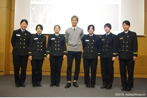 遠洋航海2016実習幹部が在ドイツ日本国大使館を研修する様子No02