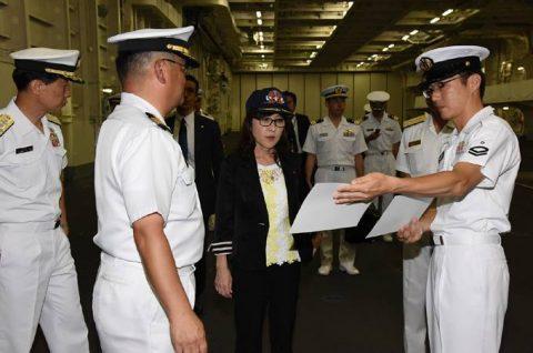 稲田朋美 防衛大臣 海上自衛隊 横須賀基地視察いずも・こくりゅうNo2
