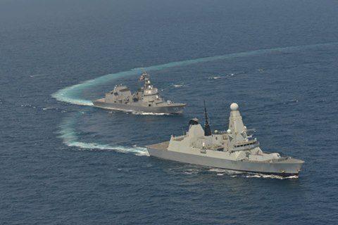 イギリス海軍 駆逐艦DARINGと護衛艦すずつき が親善訓練No01