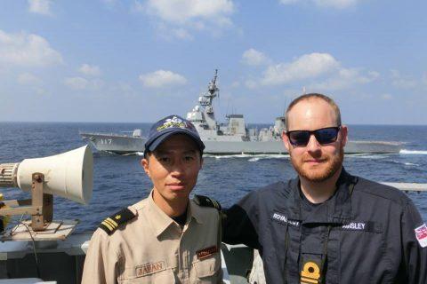 イギリス海軍 駆逐艦DARINGと護衛艦すずつき が親善訓練No03