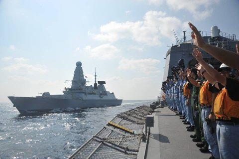 イギリス海軍 駆逐艦DARINGと護衛艦すずつき が親善訓練No09