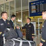 フィリピン海軍のパイロット2名が徳島航空基地に到着/TC-90