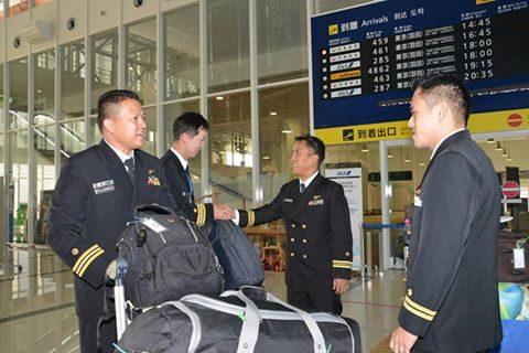 フィリピン海軍のパイロット2名が徳島航空基地に到着/TC-90No1