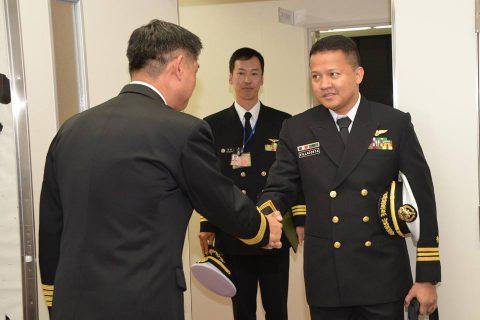 フィリピン海軍のパイロット2名が徳島航空基地に到着/TC-90No2
