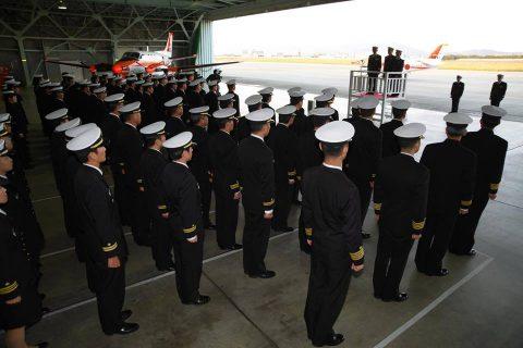 フィリピン海軍のパイロット2名が徳島航空基地に到着/TC-90No4