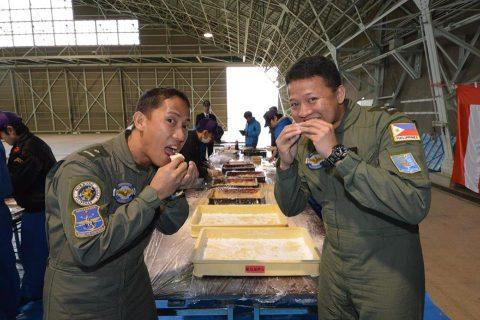 徳島教育航空群(徳島航空基地)フィリピン海軍操縦士との「餅つき」