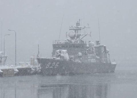 雪の大湊基地 護衛艦ちくま・ゆうだち・せとぎり ミサイル艇わかたか